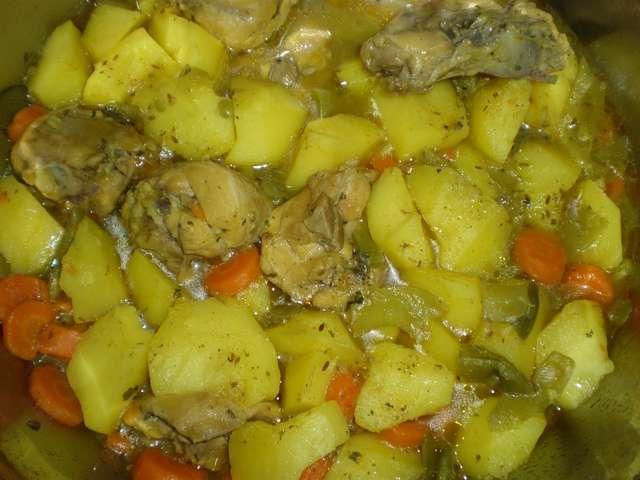 Muslos de pollo estofados en hierbas machacadas