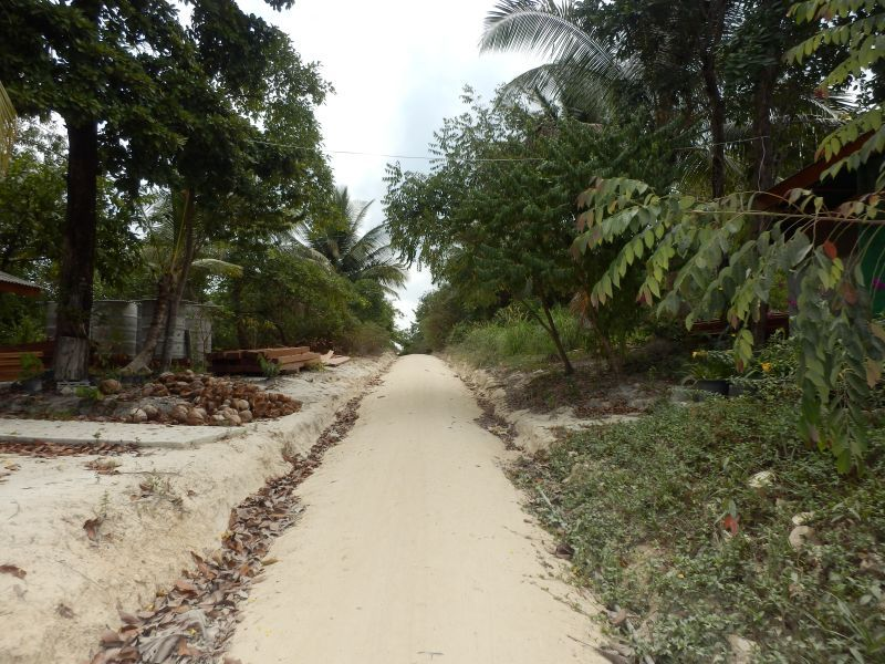 der dann anschließende Sandweg zum Strand / Resort